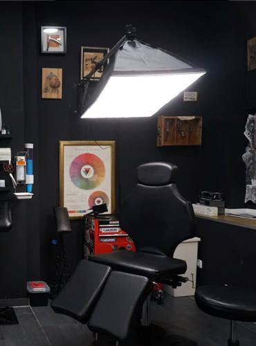 Gut ausgeleuchteter Arbeits bereich für Tattookünstler.
