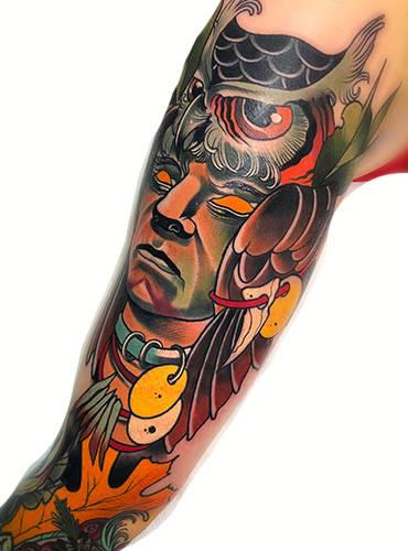 Modernes Tattoomotiv auf dem Oberarm mit einem Indianermotiv