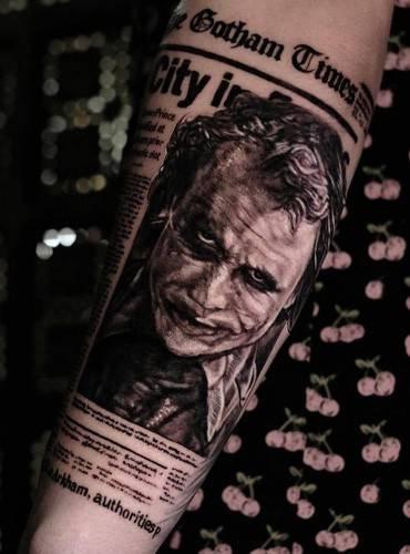 Joker-Tattoo auf dem Unterarm im realistic tattoostyle