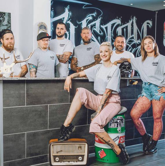 Das ganze Team des Seebär Tattoo Studios in Kiel