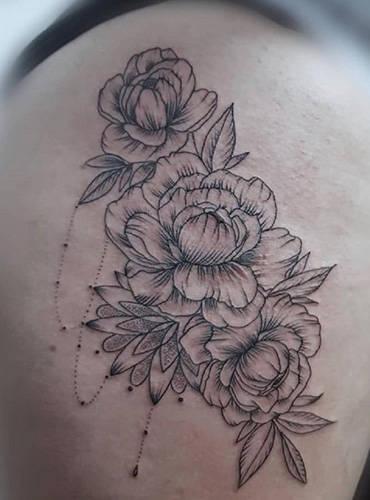 Florales und fine Art gehaltenes Tattoomotiv gestochen in Kiel von Marc
