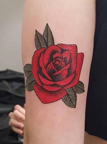 Farbige Tätowierung auf dem Unterarm mit einem Rosen Tattoomotiv gestochen von Marc.
