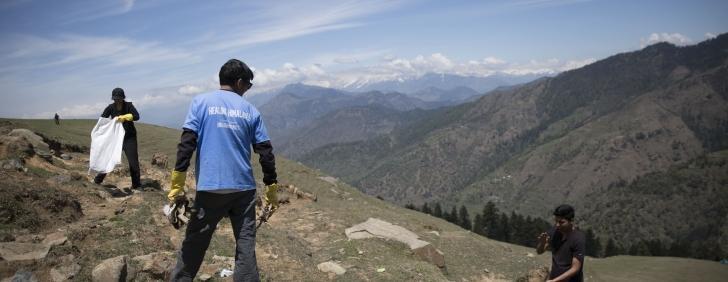 A Mountain of Trash : Healing the Himalayas