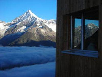 Morgenstimmung auf der Täschhütte. Das Weisshorn geniesst schon die Sonne, das Tal schläft noch.