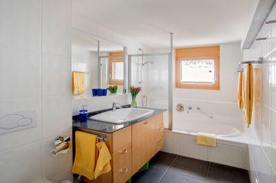 Haupt-Badezimmer mit Sprudelwanne