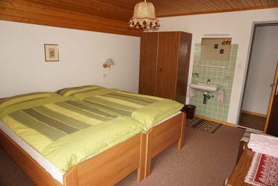 chambre à coucher avec lavabo
