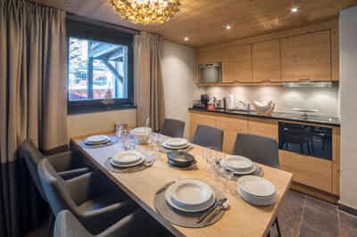 Twin Peak _ Dining table & kitchen