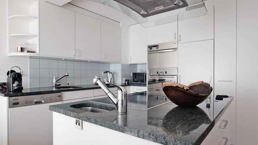 Küche voll ausgerüstet (mit Geschirrspüler, Steamer, Ofen, Kaffemaschine etc.