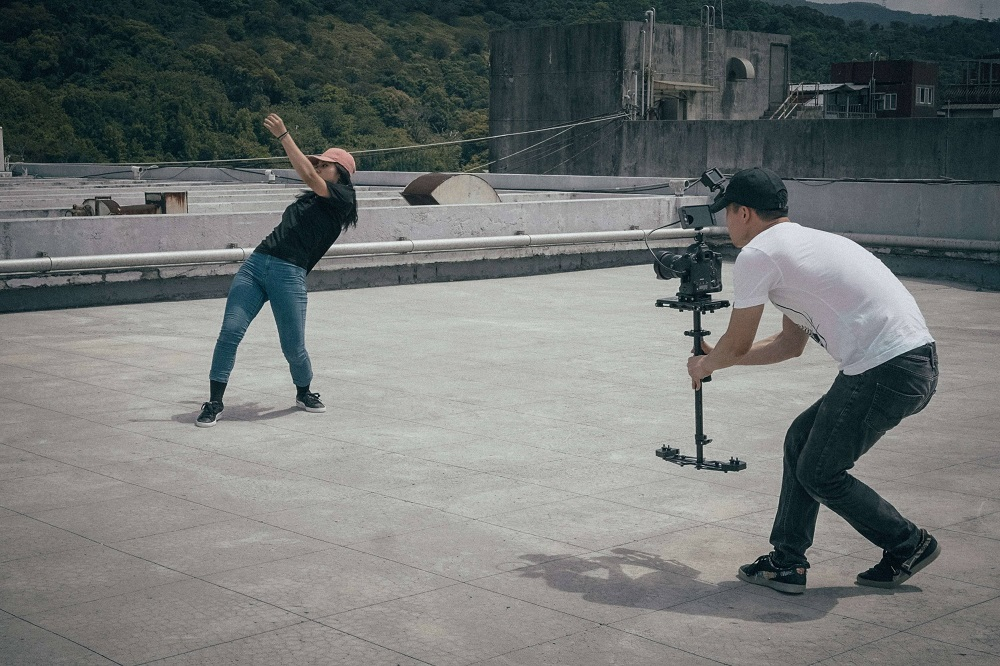guy using gimbal during a video shoot - vlogging guide