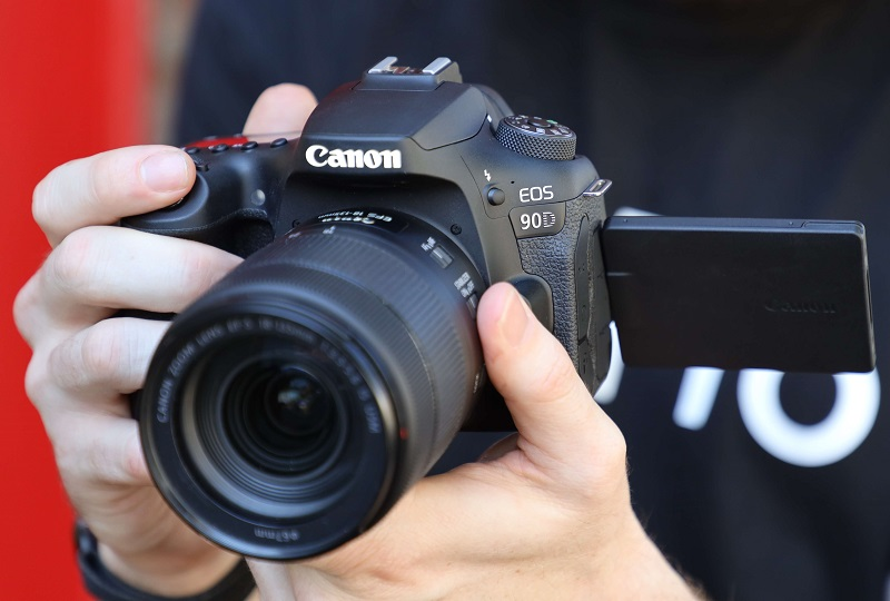 photographer holding the canon 90d