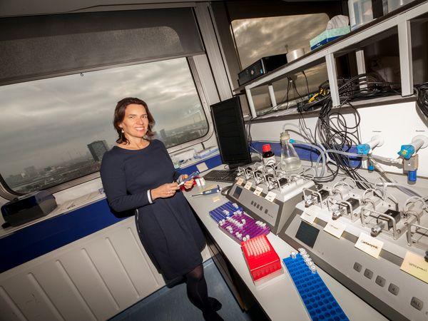 Vrouw in onderzoekslaboratorium