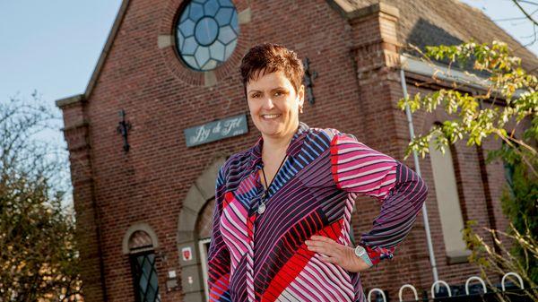 Vrouw voor kerkgebouw