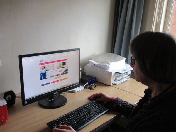 Vrouw-kijkt-naar-computerscherm