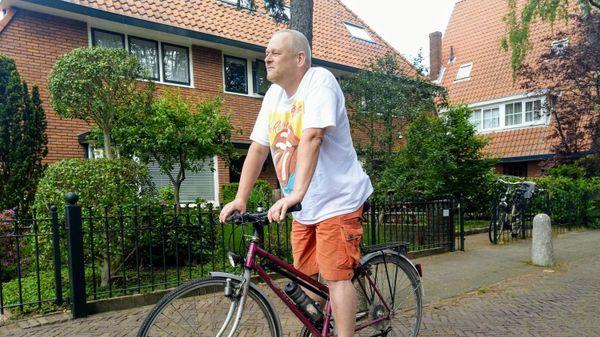 Man zit op de fiets