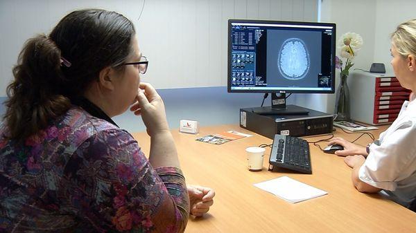 Fysiotherapeut en patiënt met MS in gesprek
