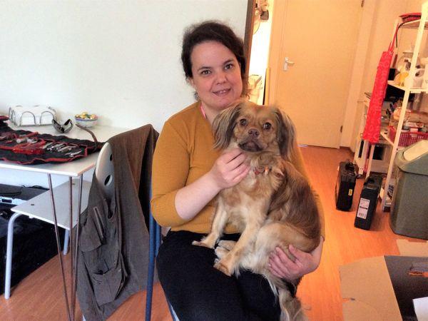 vrouw met hond op schoot