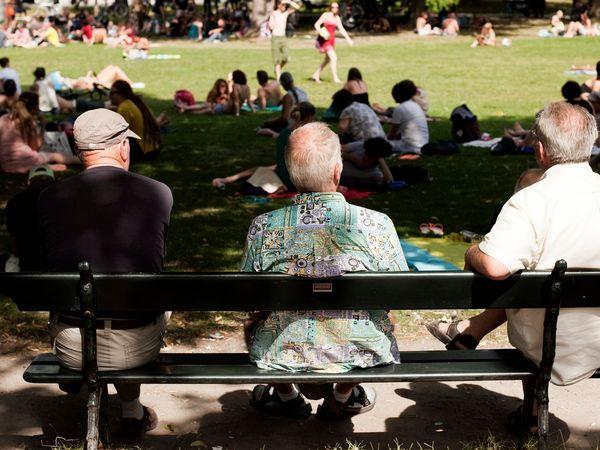 Ouderen op bank in park