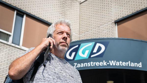 Man met mobiele telefoon in zijn hand