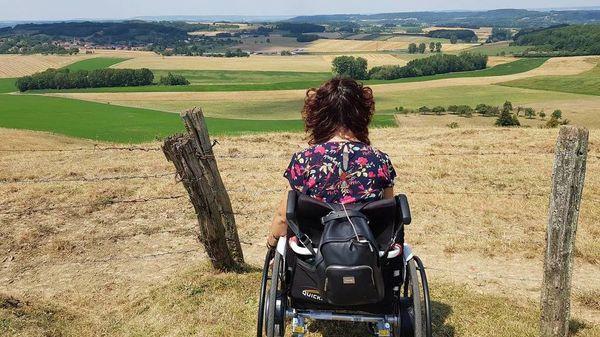vrouw-in-rolstoel-kijkt-naar-landschap