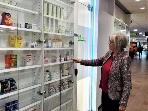 vrouw in apotheek