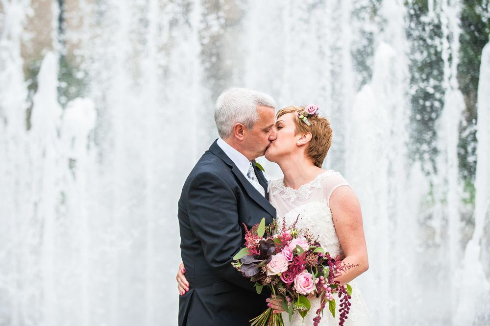 Kiss by fountain, Sheffield town hall weddings