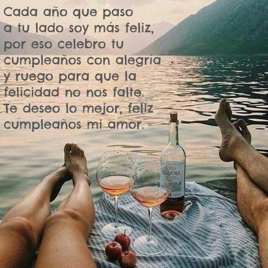 Frases de Feliz Cumpleaños - Cada año que paso a tu lado soy  más feliz,  por eso celebro tu cumpleaños con  alegría  y ruego para que la felicidad no nos falte. Te deseo lo mejor, feliz cumpleaños mi amor.