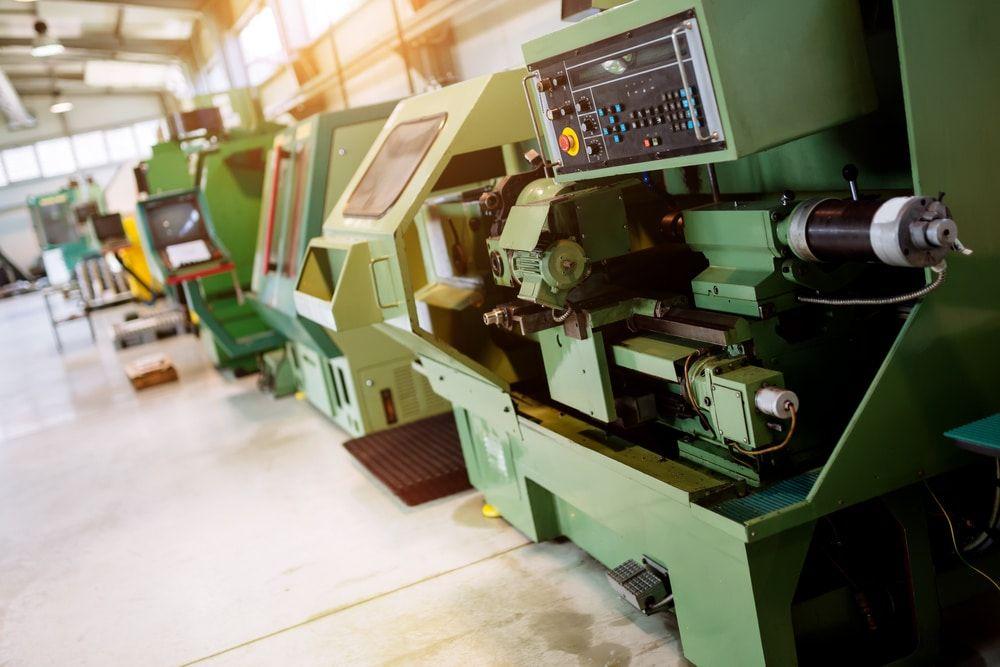 Czy warto bezpośrednio łączyć program do kontroli produkcji z maszynami na hali produkcyjnej?