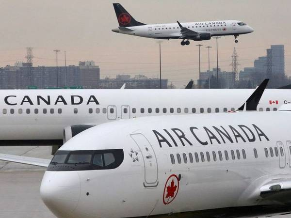 Health concerns raised as Canadian airlines abandon social distancing