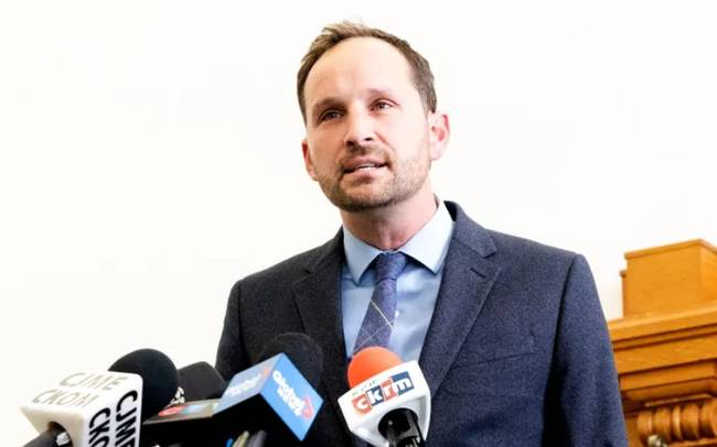 Meili calls on Moe to end refinery lock-out
