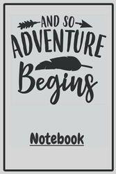 """Notebook """"And So Adventure Begins"""" creme: Schönes Notizbuch mit tollem Design als Geschenk für Freund oder Freundin um z.B. beim Camping, Zelten oder ... Erinnerungen und Erlebnisse festzuhalten."""