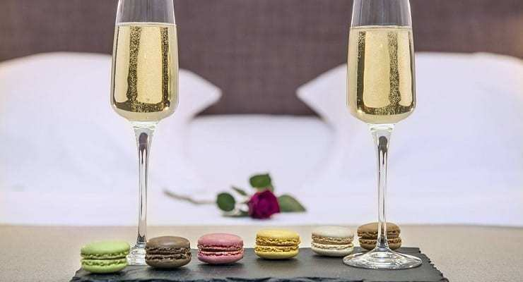 glasses_of_bubbly_with_macaroons