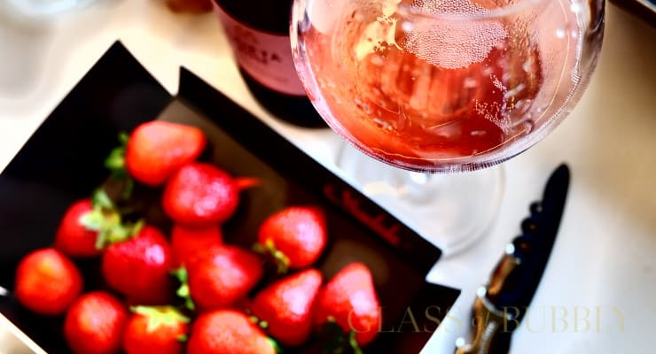 rose_cava_and_strawberries_lunch