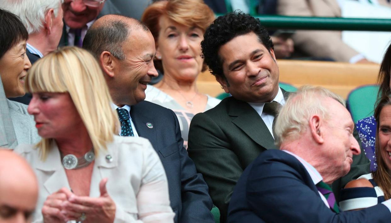 Master blaster Sachin Tendulkar in full support of his pal Roger Federer during the latter's semifinal match against Thomas Berdych