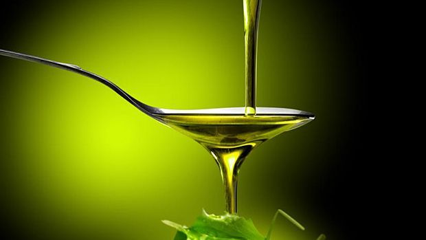 Zabelenje solate z kakovostnim oljem preko žlice