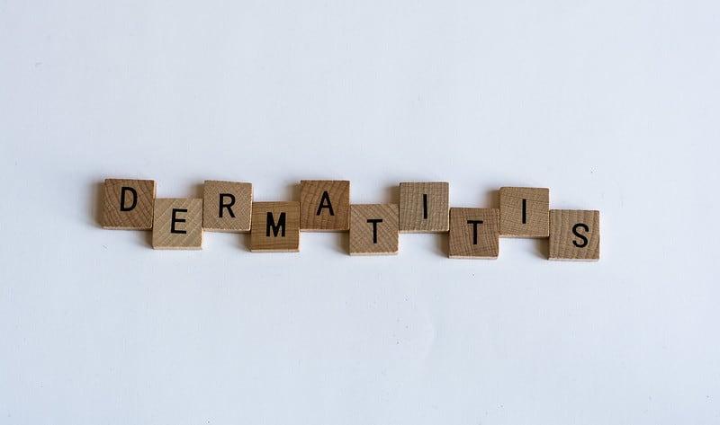 Lesene puzzle z črkami dermatitis