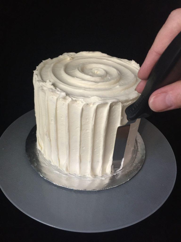 Cake getting vertical buttercream stripes
