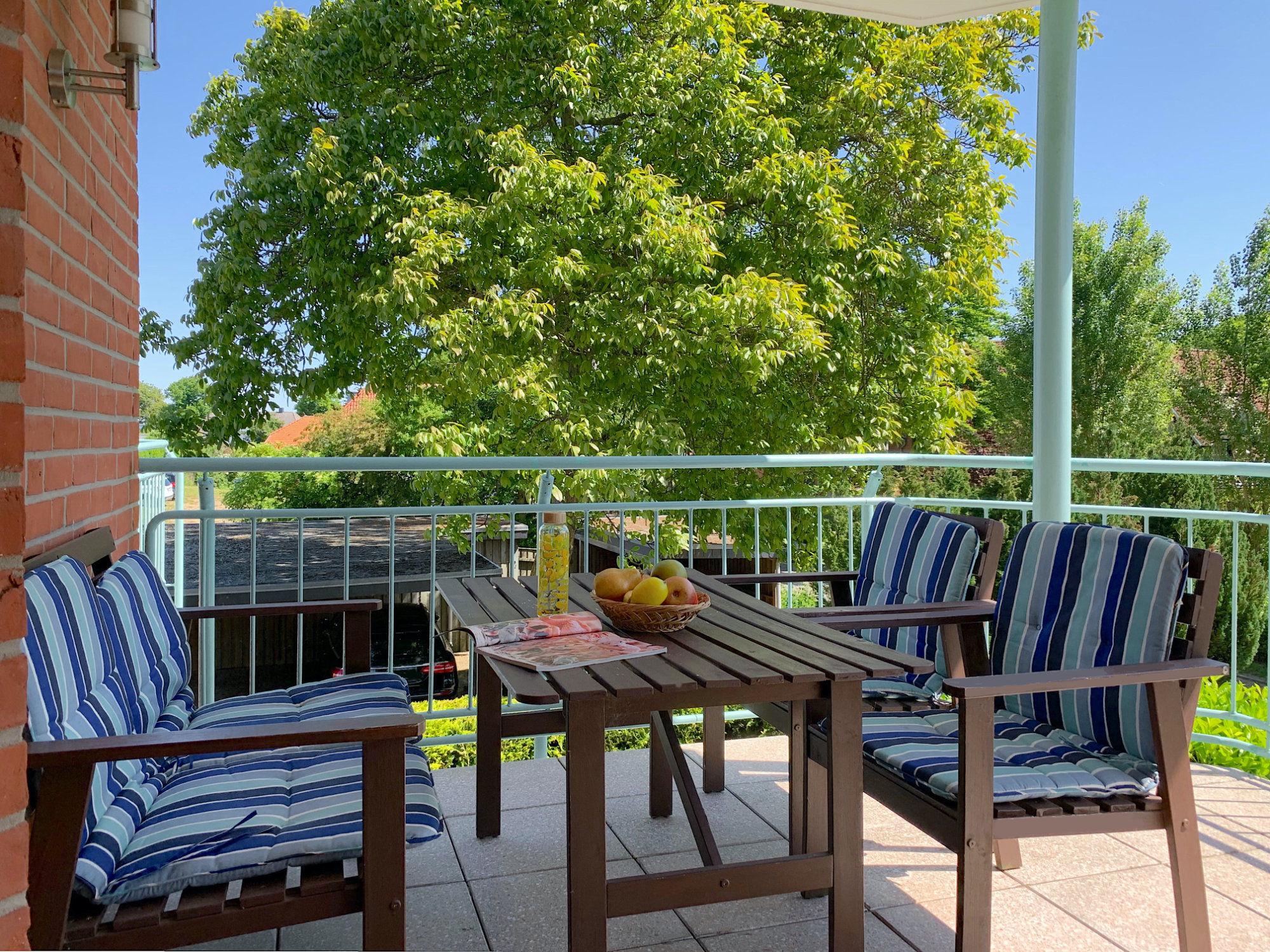 1. Balkon mit 2 Gartenbänken mit Sitzpolstern