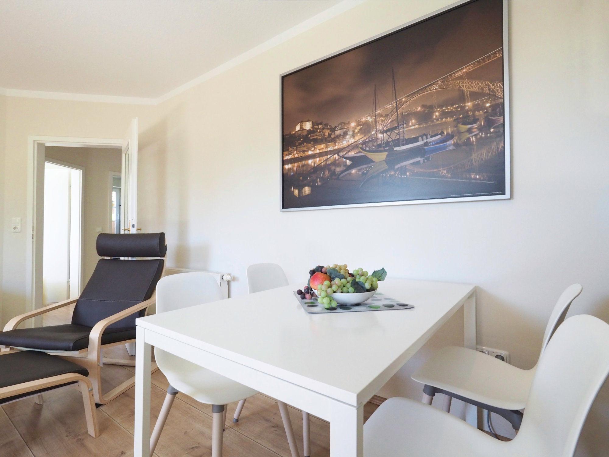 Esstisch mit 4 Stühlen und großem Bild