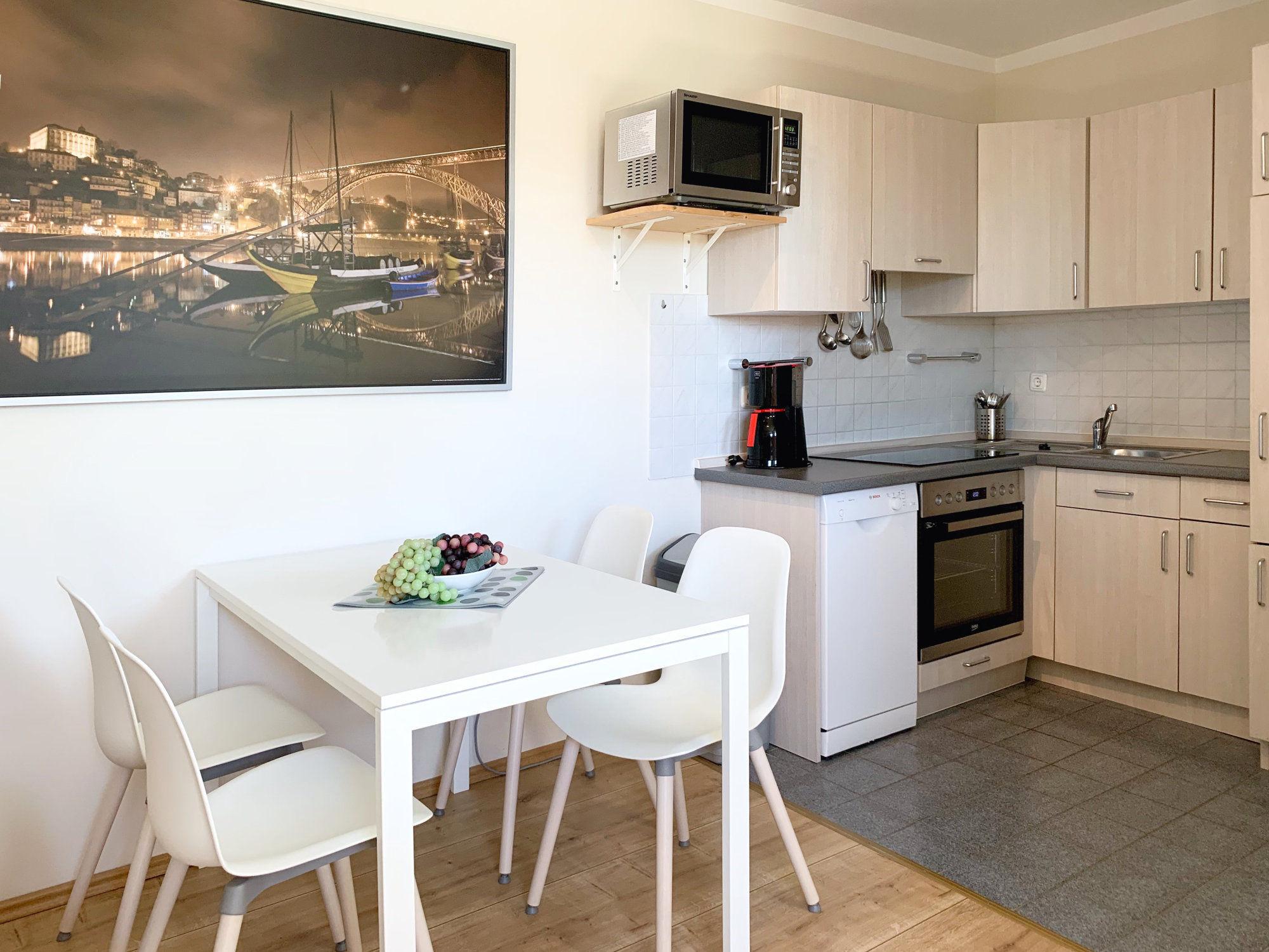 Esstisch mit Stühlen und Küche im L-Format