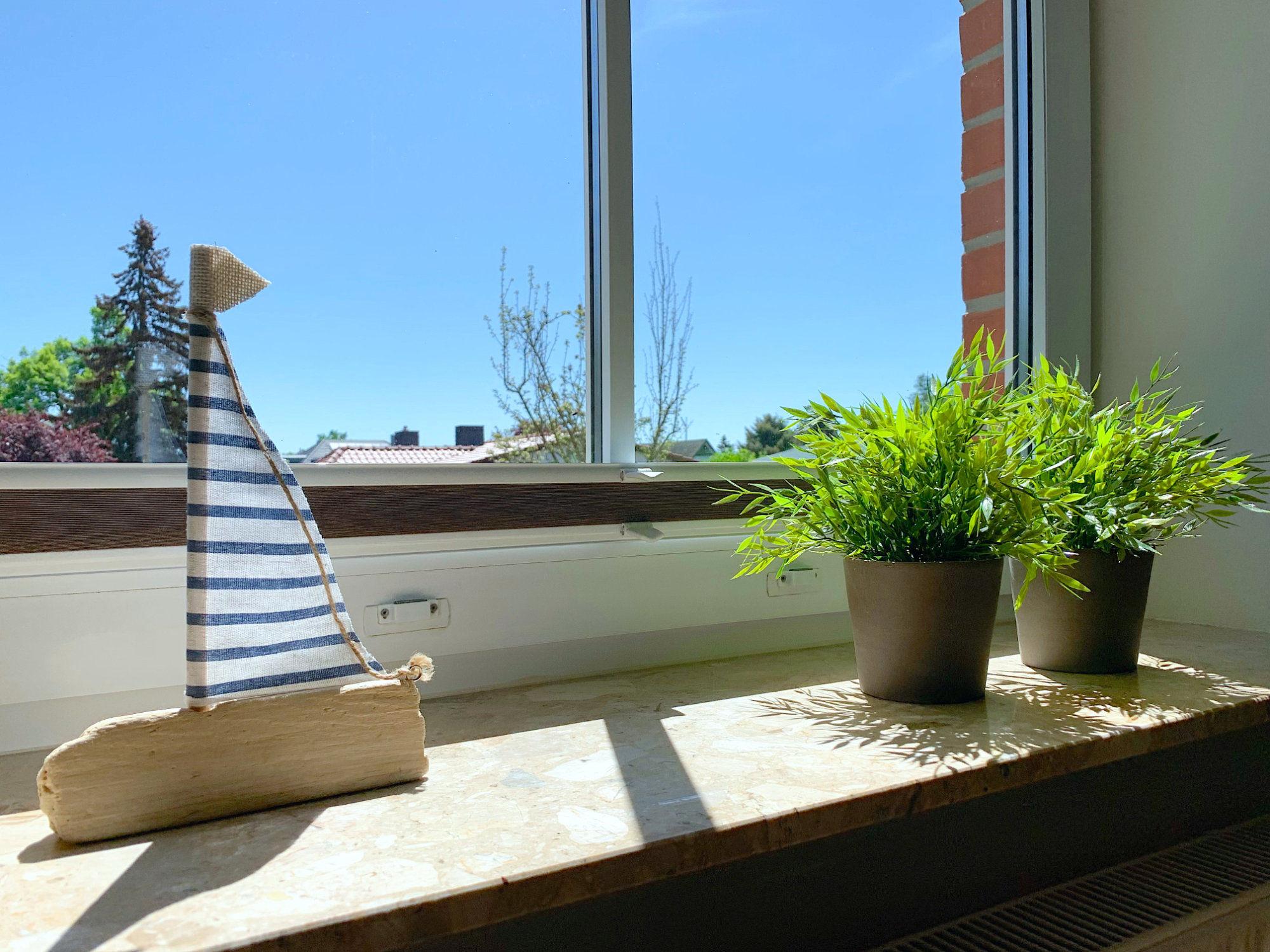 Deko Holzschiffchen auf Fensterbrett