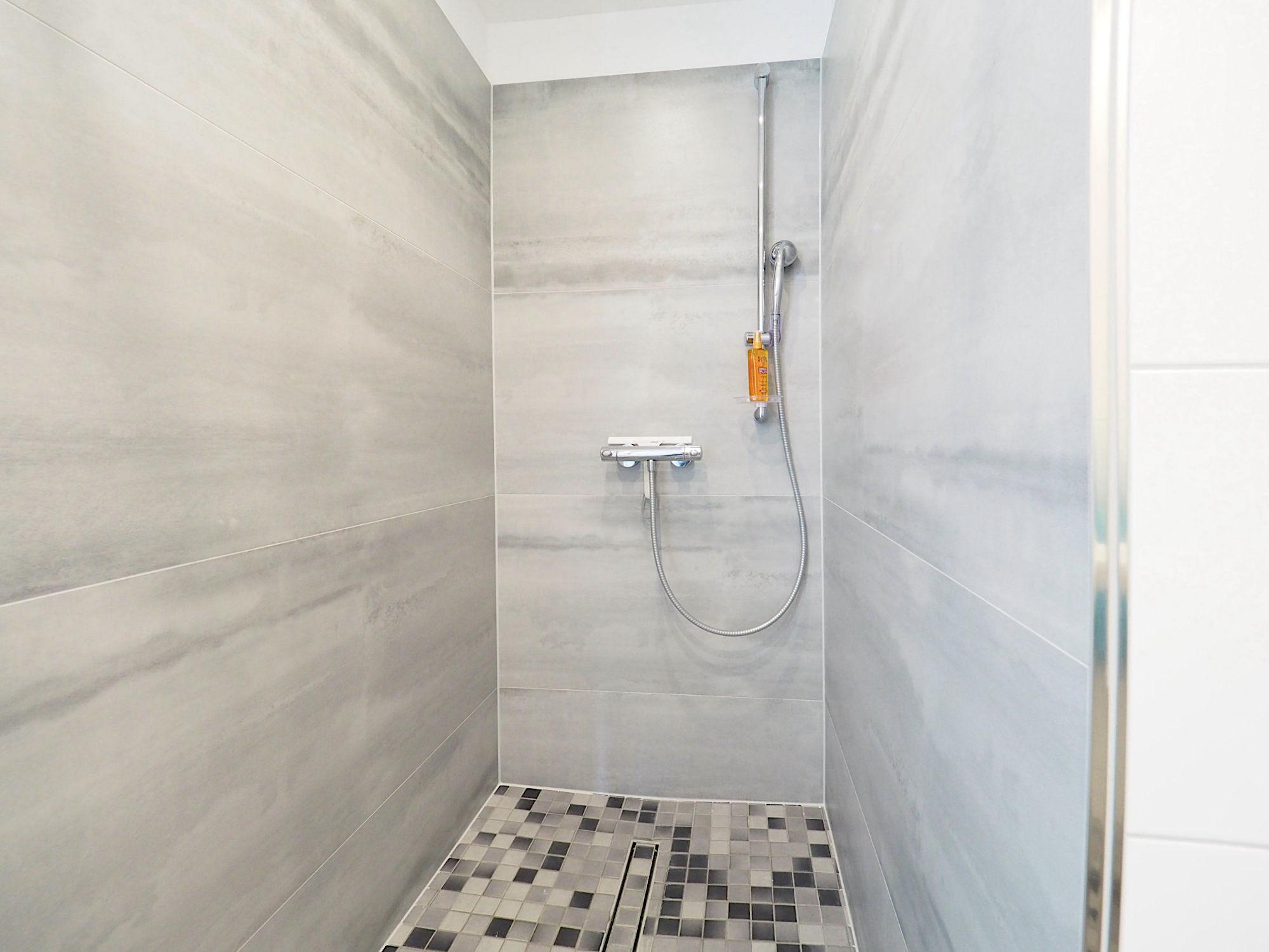 Duschbad mit bodentiefer, gefliester Dusche