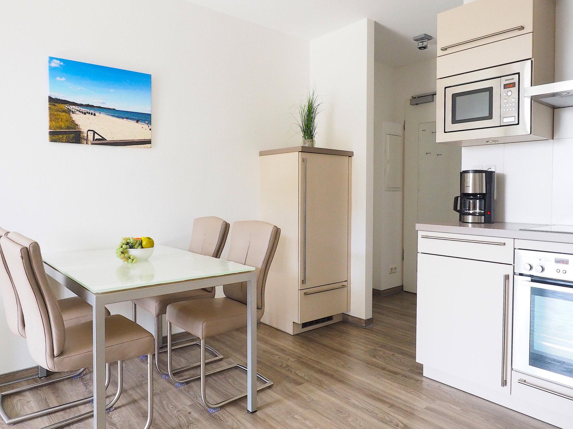 Esstisch mit 4 Stühlen, ein Teil von der Küchenzeile, Kühlschrank rechts vom Esstisch