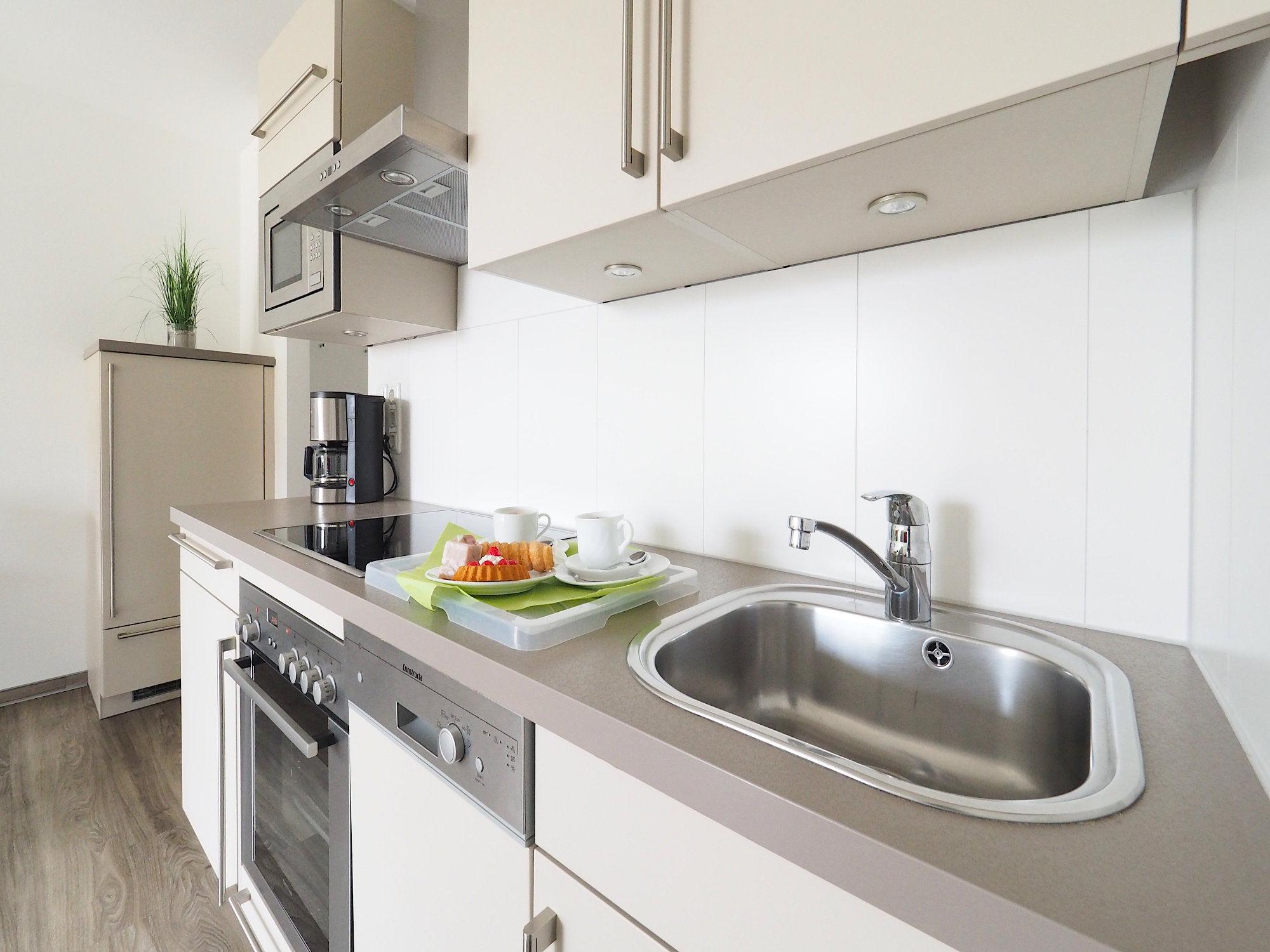 moderne Küchenzeile mit Spüle und Geschirrspüler