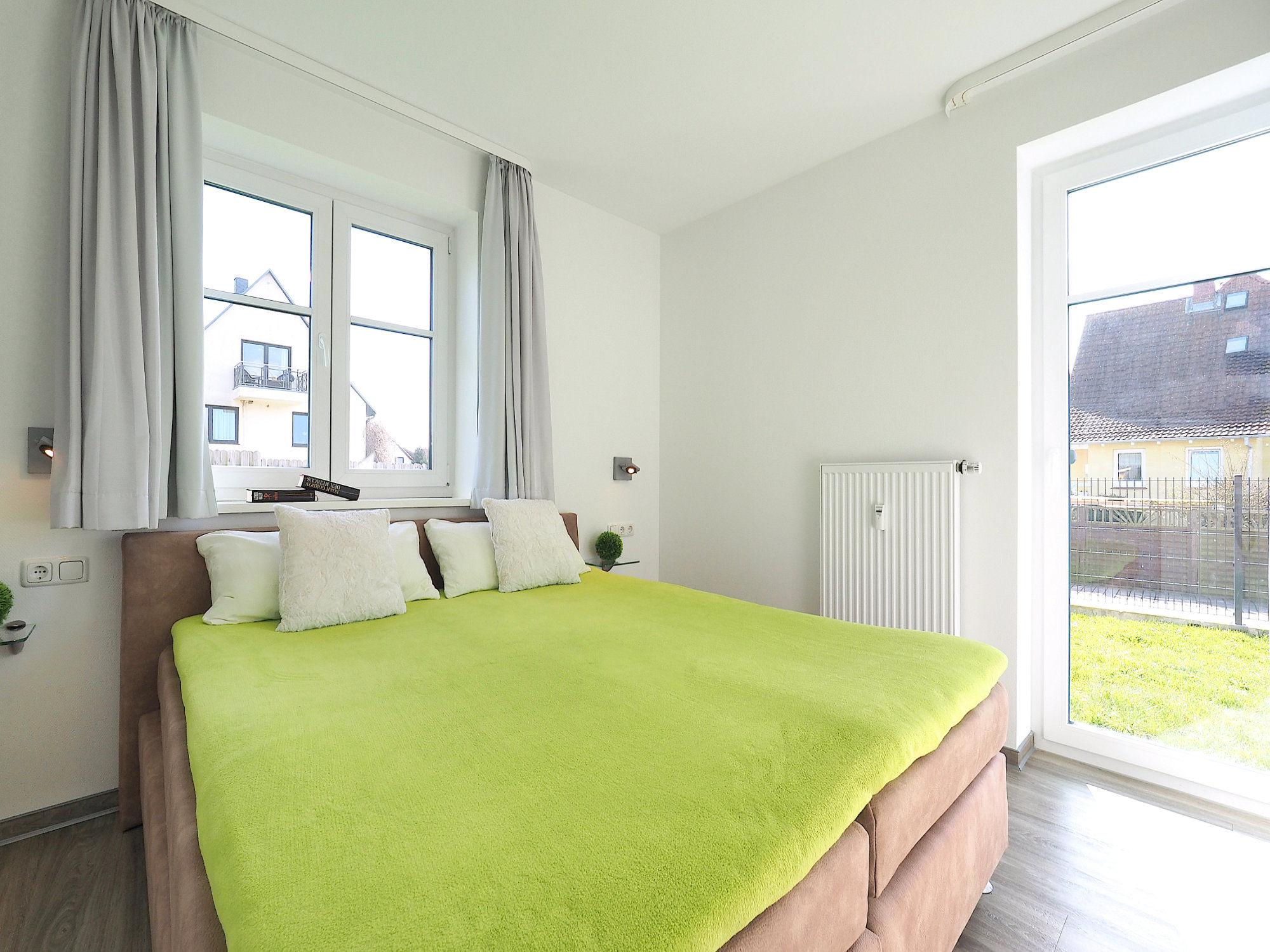 Zweites Schlafzimmer mit Doppelbett und Terrassentür