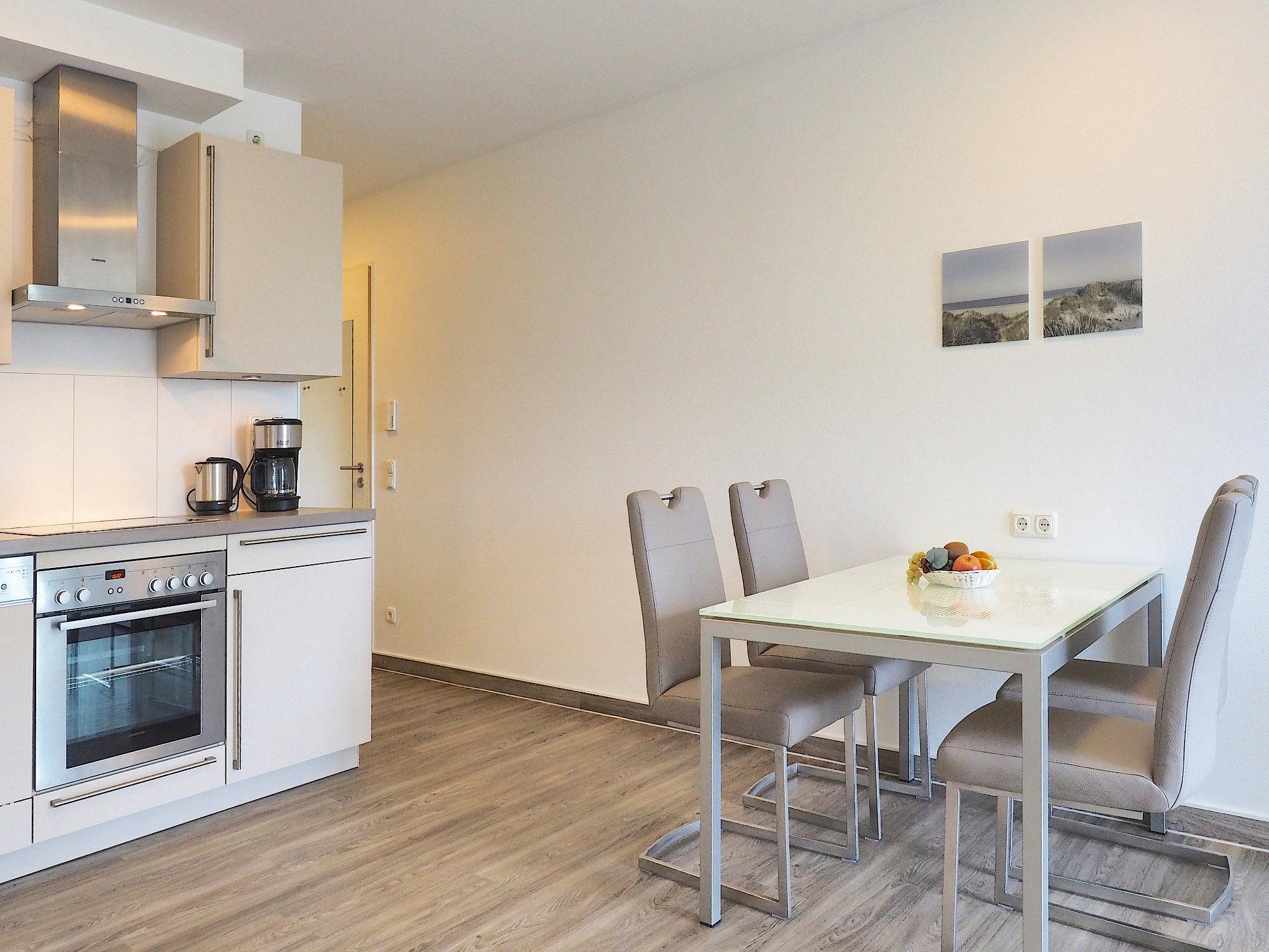 Esstisch mit vier Stühlen und moderne Küchenzeile