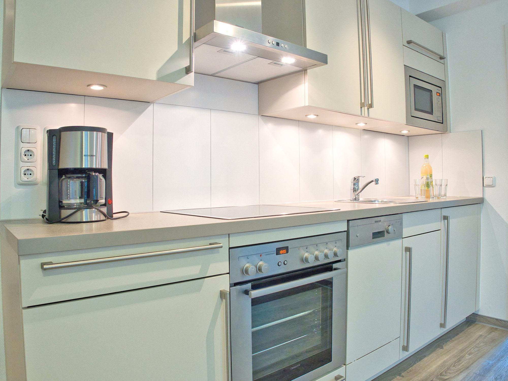 moderne Küchenzeile mit Backofen und technischen Geräten
