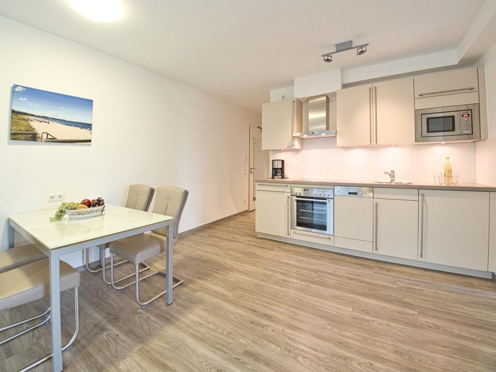 Esstisch mit 4 Stühlen und moderne Küchenzeile