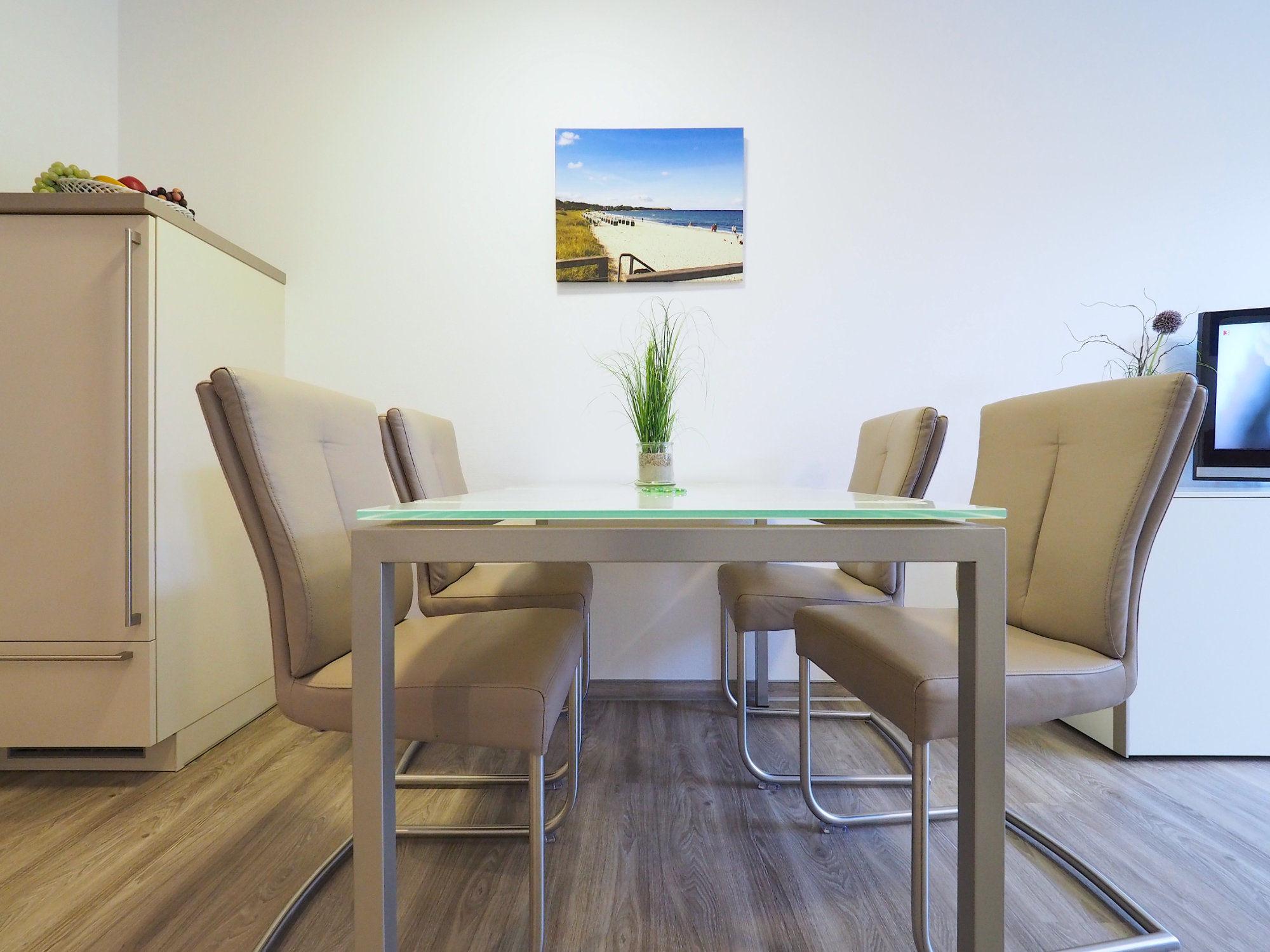 Esstisch mit vier Stühlen
