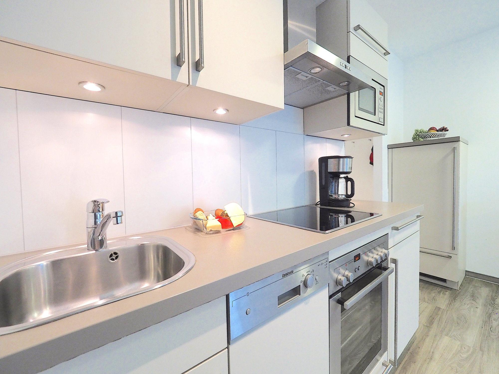 seitlicher Blick auf moderne Küchenzeile mit elektrischen Geräten