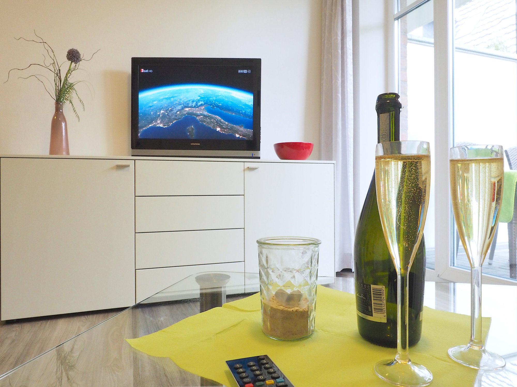 Wohnzimmer mit Glastisch, Sideboard mit Flatscreen TV